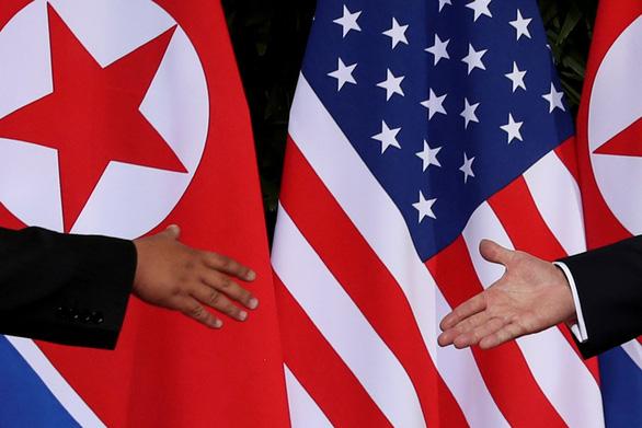 Triều Tiên sẽ đổi lò hạt nhân lấy quần áo, than đá? - Ảnh 1.