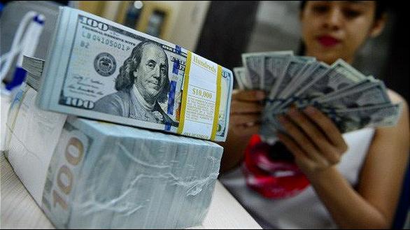 Giá USD tự do thấp hơn USD ngân hàng - Ảnh 1.