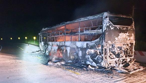 Xe khách giường nằm bốc cháy trơ khung trên đường Hồ Chí Minh - Ảnh 2.