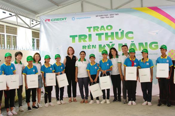 FE CREDIT tiếp sức hơn 100 học sinh nghèo Trà Vinh - Ảnh 1.