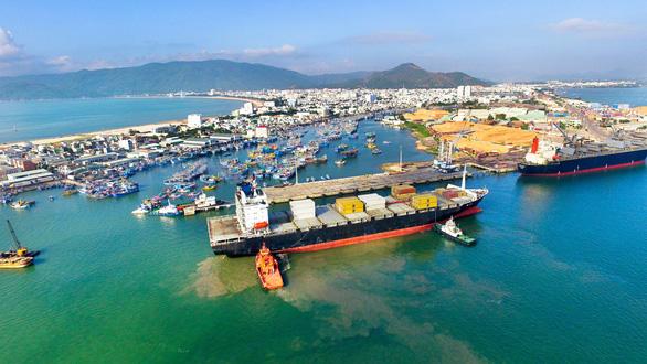 48 người trên 4 tàu vận tải bị trôi neo, mắc cạn tại biển Quy Nhơn - Ảnh 1.