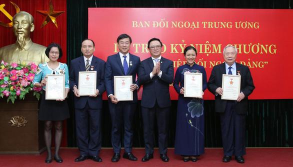 Anh Lê Quốc Phong nhận kỷ niệm chương Vì sự nghiệp đối ngoại của Đảng - Ảnh 1.