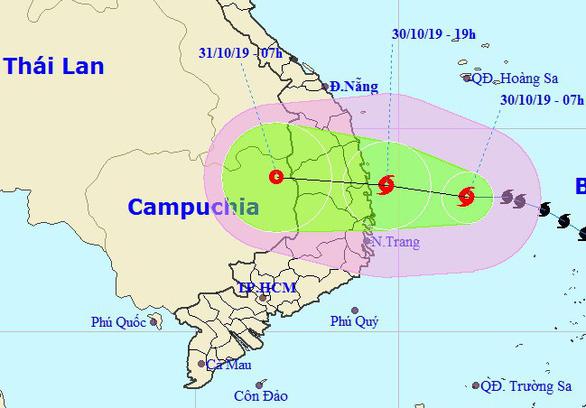 Bão số 5 mạnh lên, khả năng đổ bộ Quảng Ngãi - Khánh Hòa tối nay 30-10 - Ảnh 1.
