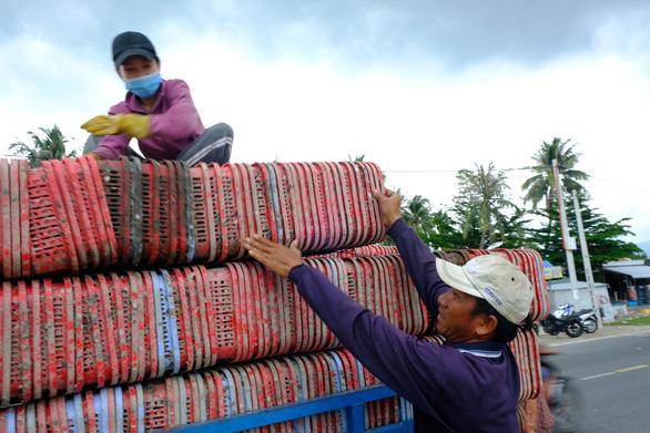 Người nuôi thủy sản trên vịnh Vân Phong hối hả bán cá chạy bão số 5 - Ảnh 5.