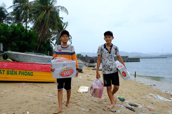 Người nuôi thủy sản trên vịnh Vân Phong hối hả bán cá chạy bão số 5 - Ảnh 4.