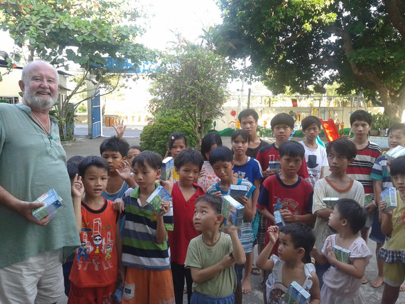 Cựu binh Úc lấy tiền tích cóp xây trường học, giúp người nghèo Việt Nam - Ảnh 1.