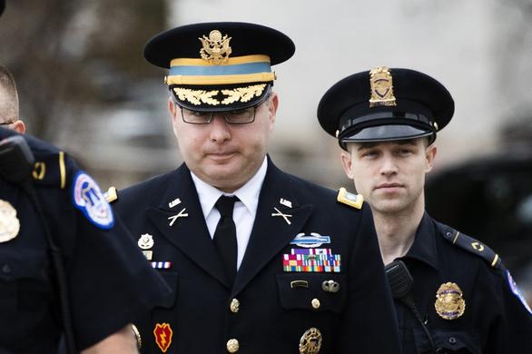 Quan chức Nhà Trắng diện quân phục ra điều trần, tố ông Trump lạm quyền - Ảnh 1.