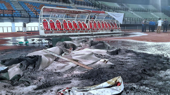 Đội nhà thua trận, CĐV ở Indonesia đập phá, đốt sân vận động - Ảnh 2.