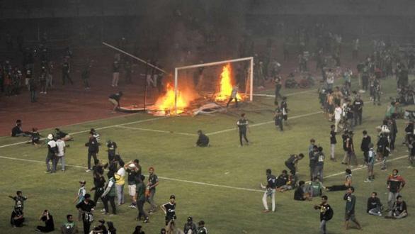 Đội nhà thua trận, CĐV ở Indonesia đập phá, đốt sân vận động - Ảnh 4.