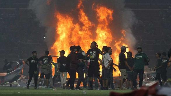 Đội nhà thua trận, CĐV ở Indonesia đập phá, đốt sân vận động - Ảnh 1.
