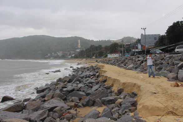 Sơ tán hơn 1.100 hộ dân vùng xung yếu tránh bão - Ảnh 10.