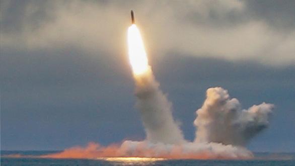 Tàu ngầm tối tân của Nga lần đầu tiên phóng thử tên lửa liên lục địa - Ảnh 1.