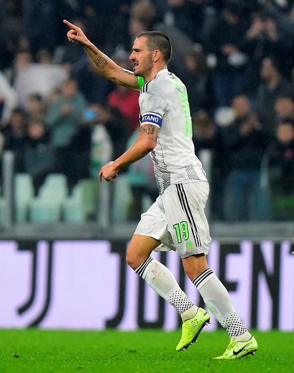 Ronaldo ghi bàn phút bù giờ, Juventus hạ Genoa và trở lại đỉnh bảng - Ảnh 1.