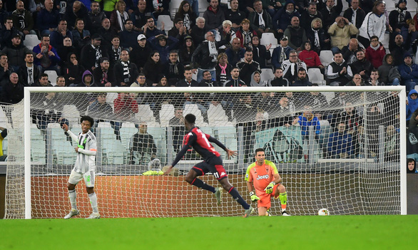 Ronaldo ghi bàn phút bù giờ, Juventus hạ Genoa và trở lại đỉnh bảng - Ảnh 2.