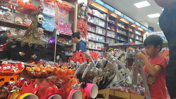 Chơi Halloween, chi tiền triệu cho thú cưng hóa trang - Ảnh 1.