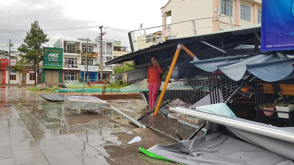 Tâm bão Quy Nhơn ngổn ngang sau mưa gió, 18 tàu cá Phú Yên chìm - Ảnh 8.