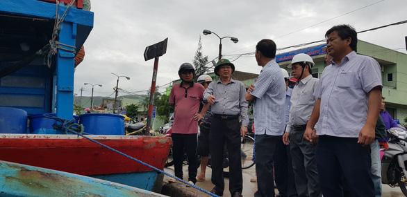 Tâm bão Quy Nhơn ngổn ngang sau mưa gió, 18 tàu cá Phú Yên chìm - Ảnh 7.