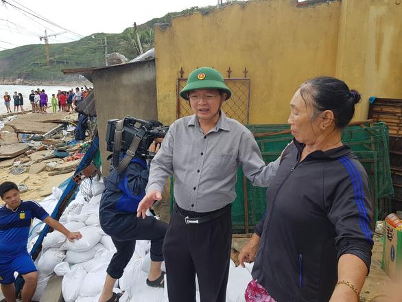 Bình Định ban bố tình trạng khẩn cấp kè biển Nhơn Hải sau bão số 5 - Ảnh 4.