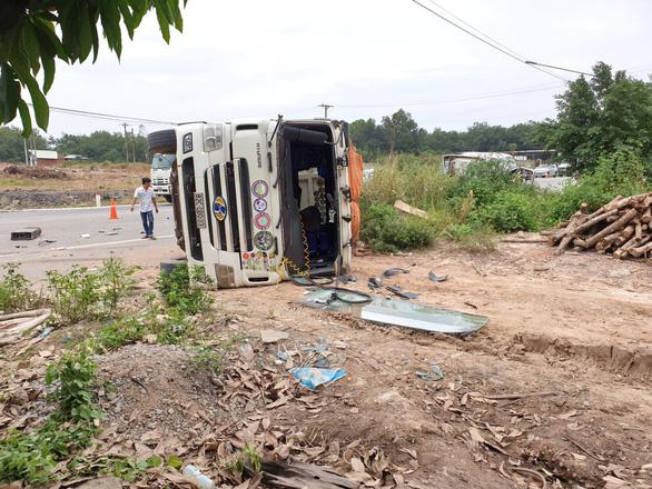 2 xe ben, 1 xe đầu kéo tông loạn xạ, thùng xe đứt rời lao vào nhà dân - Ảnh 3.
