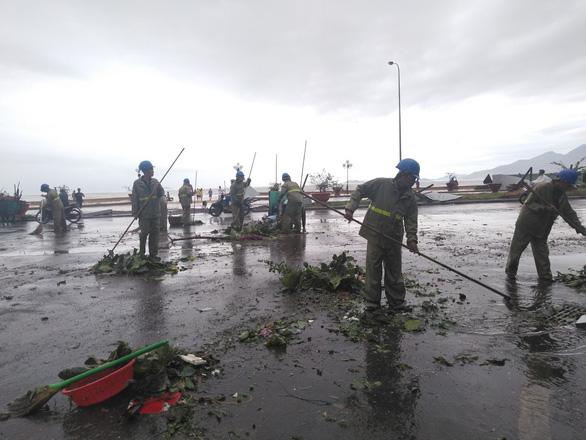 Tâm bão Quy Nhơn ngổn ngang sau mưa gió, 18 tàu cá Phú Yên chìm - Ảnh 6.