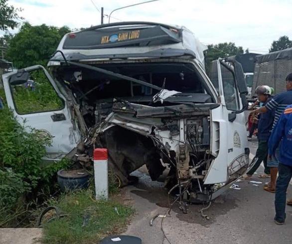 2 xe ben, 1 xe đầu kéo tông loạn xạ, thùng xe đứt rời lao vào nhà dân - Ảnh 4.