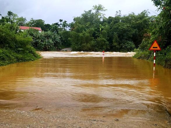 Sạt lở đất, lũ ống chia cắt miền núi Quảng Nam - Ảnh 3.