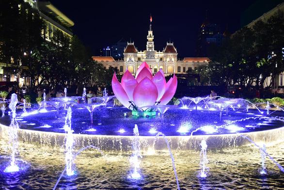 Phố đi bộ Nguyễn Huệ lung linh hơn với đài sen phun nước - Ảnh 2.