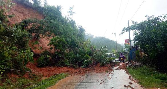 Sạt lở đất, lũ ống chia cắt miền núi Quảng Nam - Ảnh 5.