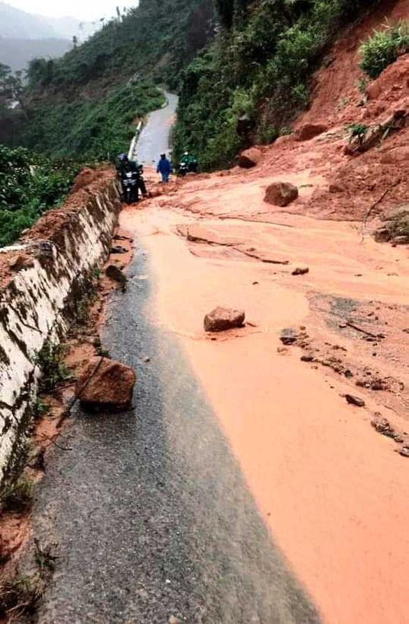 Sạt lở đất, lũ ống chia cắt miền núi Quảng Nam - Ảnh 2.