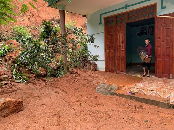 Quảng Ngãi: bão qua, mưa tới lại lo sạt lở, lũ dâng - Ảnh 4.