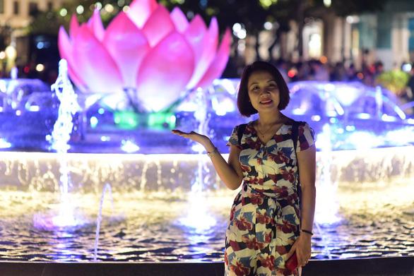 Phố đi bộ Nguyễn Huệ lung linh hơn với đài sen phun nước - Ảnh 3.