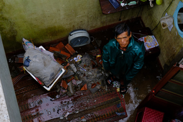 Lốc xoáy trong lòng bão xé toạc hàng trăm nhà dân - Ảnh 2.