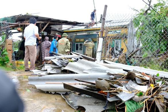 Lốc xoáy trong lòng bão xé toạc hàng trăm nhà dân - Ảnh 12.