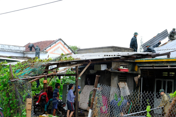 Lốc xoáy trong lòng bão xé toạc hàng trăm nhà dân - Ảnh 5.