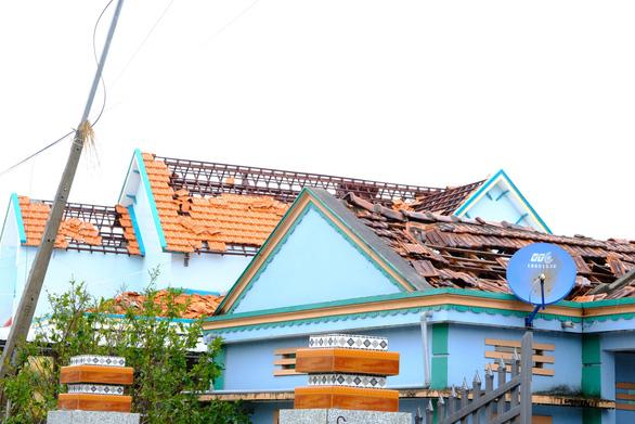 Lốc xoáy trong lòng bão xé toạc hàng trăm nhà dân - Ảnh 6.