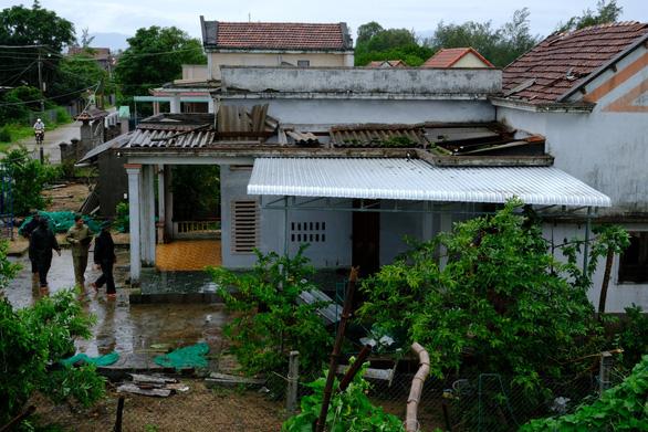 Lốc xoáy trong lòng bão xé toạc hàng trăm nhà dân - Ảnh 7.