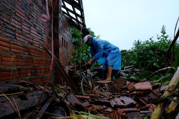 Lốc xoáy trong lòng bão xé toạc hàng trăm nhà dân - Ảnh 8.