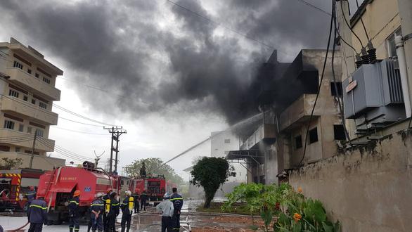 Cháy lớn, khói lửa ngùn ngụt ở nhà kho quận Bình Tân, TP.HCM - Ảnh 4.