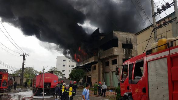 Cháy lớn, khói lửa ngùn ngụt ở nhà kho quận Bình Tân, TP.HCM - Ảnh 2.