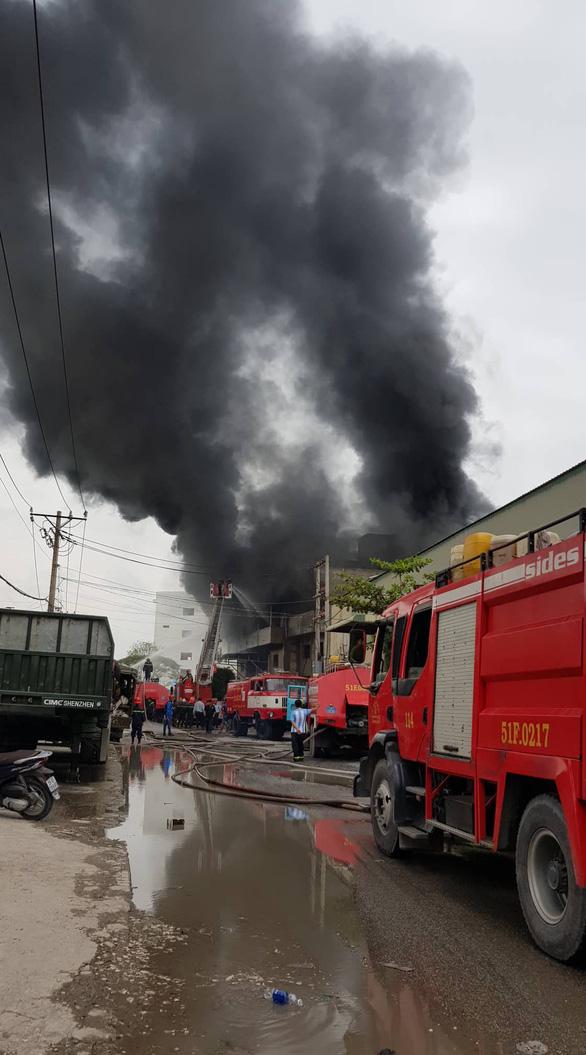 Cháy lớn, khói lửa ngùn ngụt ở nhà kho quận Bình Tân, TP.HCM - Ảnh 3.
