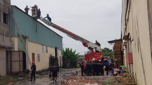 Cháy lớn, khói lửa ngùn ngụt ở nhà kho quận Bình Tân, TP.HCM - Ảnh 5.
