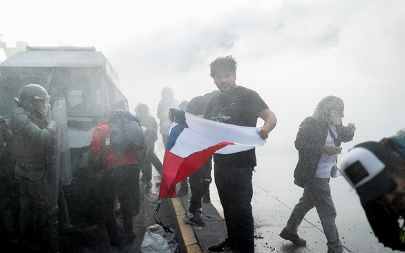 Tấm vé tàu gây… biểu tình ở Chile - Ảnh 1.