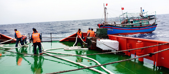 Cứu 9 ngư dân lênh đênh trên Biển Đông trong sóng lớn - Ảnh 1.