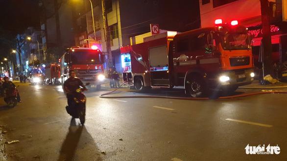 Cháy nhà kho trong hẻm quận 5, nhiều tài sản bị thiêu rụi - Ảnh 3.