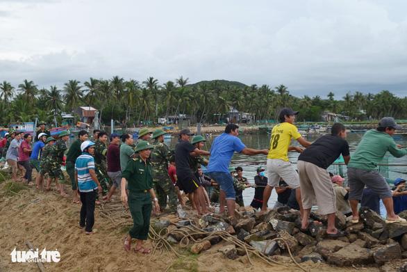 Bão thoáng qua, vẫn đánh bầm dập tàu cá ở Phú Yên - Ảnh 6.