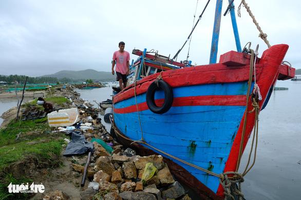 Bão thoáng qua, vẫn đánh bầm dập tàu cá ở Phú Yên - Ảnh 1.