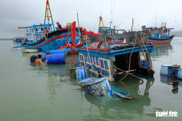 Bão thoáng qua, vẫn đánh bầm dập tàu cá ở Phú Yên - Ảnh 3.