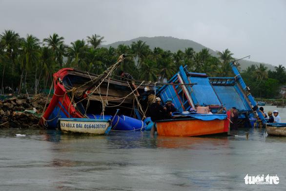 Bão thoáng qua, vẫn đánh bầm dập tàu cá ở Phú Yên - Ảnh 4.