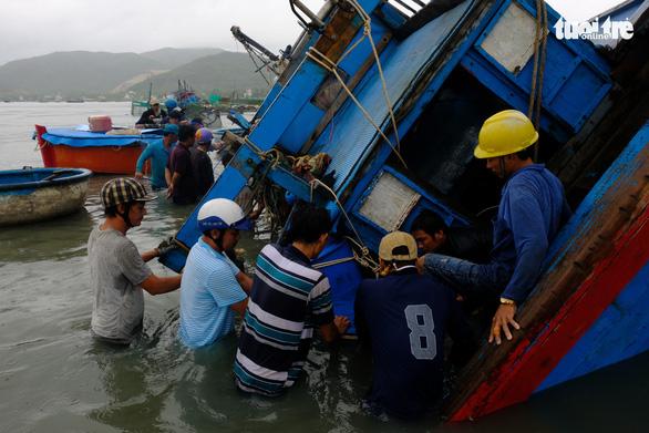 Bão thoáng qua, vẫn đánh bầm dập tàu cá ở Phú Yên - Ảnh 5.