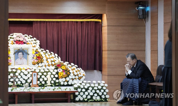 Tổng thống Hàn làm đám tang cho mẹ: cấm cấp dưới chia buồn, gửi hoa viếng - Ảnh 1.
